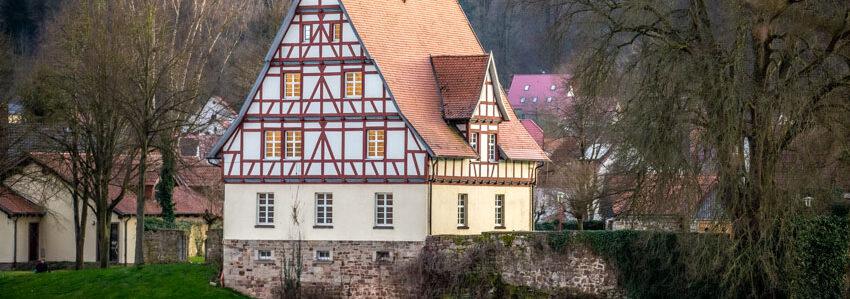 Historisches Rathaus in Gieselwerder von der gegenüberliegenden Weserseite fotografiert