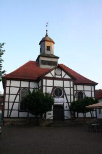 Kirche in Gieselwerder vom Vorplatz des griechischen Restaurants Delphi
